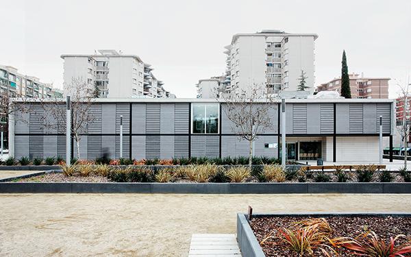 Cristina Prats Arquitectura Cap Concòrdia en Sabadell Fachada de hormigón y lamas de fibrocemento