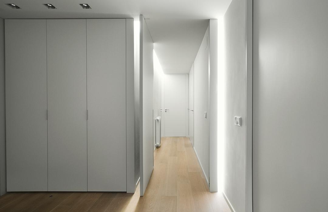 Cristina Prats Arquitectura Interiorismo Casa en Barcelona Vestíbulo Luz rasante Puerta pivotante