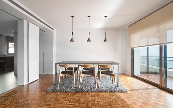 Cristina Prats Arquitectura Interiorismo Casa en Casellón Comedor lámpara Aplomb Foscarini Silla Carl Hansen CH20